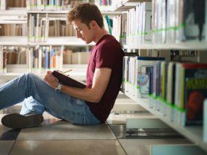 Wärmender Lesestoff: Schmökern in der Bibliothek