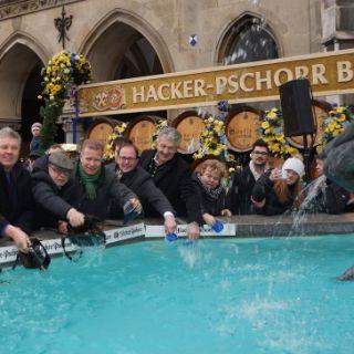 Traditionelles Geldbeutelwaschen am Fischbrunnen