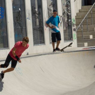 Die Skateanlage beim Hirschgarten ist groß und bietet neben Tunnel, Rampen und Pipes sogar eine Zuschauerbühne.