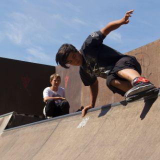 Ob mit dem Skateboard oder den Inlinern - für Mutige gibt es in München viele Skateanlagen, auf denen man sein Können unter Beweis stellen kann.