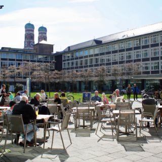 Münchner Sonnenplätze: Innenhof des Amtsgerichts