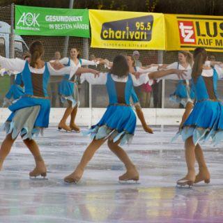 Der Winter kommt und die Saison des Wintersports ist eröffnet. Bei dem alljährlichen Eisfestival im Eis- und Funsportzentrum München Ost gibt es ein riesiges Angebot auf der Eisfläche. Ob selber Schlittschuhlaufen, Skibobfahren, Eiskunst- oder Eisschnelllaufen, oder einfach die tollen Vorführungen, Musik und die Spielstationen auf dem Eis genießen...