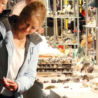 Wer die Mineralientage München besucht, kann nicht nur zahlreiche Schmuckstücke und faszinierende Steine bewundern, sondern bekommt einen Einblick in die Vielfältigkeit von Mineralien.
