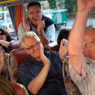 So lustig geht es auf der komischsten Busfahrt Münchens zu