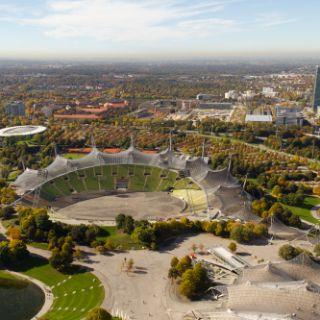 Das Olympiastadion von oben ist ein beeindruckender Anblick. Hier finden regelmäßig Großveranstaltungen statt, die das gesamte Stadion füllen.