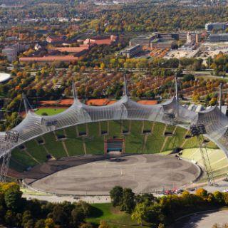 Hier sind die Stühle im Stadion noch leer, aber von hier oben kann man sich gut vorstellen, wie es gefüllt aussehen würde. Bei guter Witterung werden übrigens Touren über das Zeltdach angeboten.