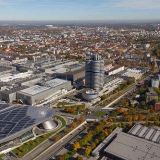 Nur wenige Häuser in München kann man als Hochhaus bezeichnen. Die Münchner Skyline fällt vor allem durch den wunderschönen, bayrischen, blau-weißen Himmel auf!