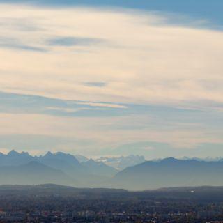 Bei gutem Wetter - am besten Föhn - kann man von hier sogar einen wunderschönen Blick in die Alpen genießen. Wer entdeckt die Zugspitze zuerst?