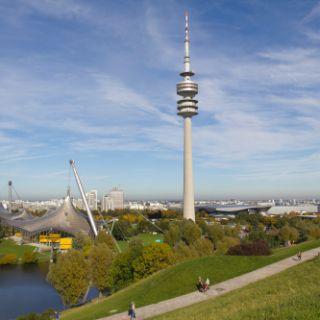 Wer den Olympiapark in München besucht, sollte sich auf keinen Fall den Ausblick vom Olympiaturm entgehen lassen. Von der höchsten Aussichtsplattform Münchens in 185 Meter Höhe hat man eine spekatakuläre Sicht über die ganze Stadt.