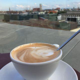 Lässig im Café Vorhoelzer Forum