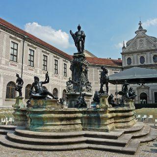 Der Wittelsbacherbrunnen in der Residenz