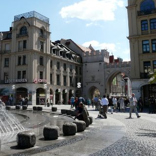 Wer die Münchner Altstadt zu Fuß erkunden möchte, für den ist der Karlsplatz (Stachus) mit seinem großen Brunnen ein idealer Start- und Treffpunkt.