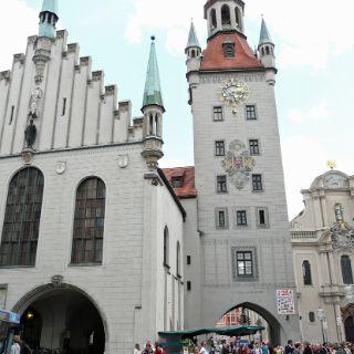 Während sich nach Westen die Kaufingerstraße erstreckt, schließt gen Osten das Alte Rathaus (1310 erstmals urkundlich erwähnt) den Marienplatz ab.