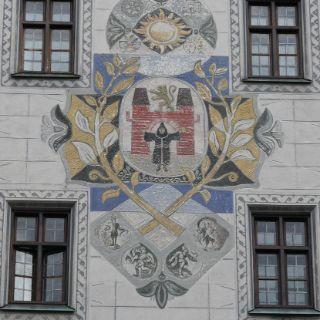 Bis 1874 residierte in den dem gotischen Bau der Münchner Stadtrat - dessen Turm eine Sammlung aller bisherigen Wappen Münchens an seiner Fassade zeigt.