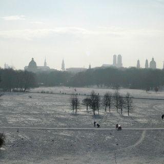 Wenn die Stadt unter eine dicken Schneedecke verborgen ist, entwickelt sie einen ganz eigenen Charme - hier vom Monopteos im Englischen Garten aus gesehen.