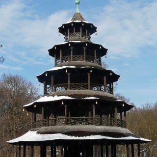 Auch der Chinesische Turm, ein 25 Meter hoher Holzbau im Stil einer Pagode, trägt sein Winterkleid - im Sommer finden hier bis zu 7.000 Besucher in einem der größten Biergärten Münchens Platz, in der Adventszeit wird ein kleiner Christkindlmarkt abgehalten.