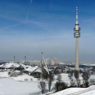 Die beliebten Sehenswürdigkeiten der Stadt sind auch im Winter einen Besuch wert: Die weitläufige Parkanlage des 1972 im Rahmen der 20. Olympischen Sommerspiele erbauten Olympiageländes lädt zum Spazierengehen oder Schlittenfahren ein...
