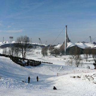 ...denn die vielen kleinen Hügel der 160 ha großen Parkanlage eignen sich optimal als Austragungsort für winterliches Sportvergnügen.