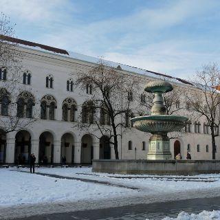 Zwischen der Ludwigskirche und dem Siegestor befindet sich am Geschwister-Scholl-Platz das Hauptgebäude der Ludwig-Maximilians-Universität. Neben mehreren Hörsälen und Räumen der Universitätsverwaltung sind hier auch das Audimax, die Große Aula und die Denkstätte