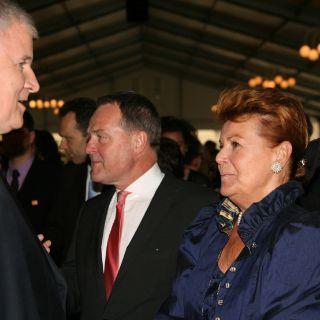 Die Fremdenverkehrsdirektorin der Stadt München Dr. Gabriele Weishäupl begrüßt den Ministerpräsidenten.