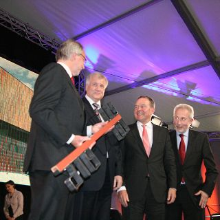 Das Museum Brandhorst wurde am 18. Mai 2009 in einem feierlichen Staatsakt eröffnet. Ministerpräsident Seehofer und Staatsminister Dr. Wolfang Heubisch überreichten dem Generaldirektor der Bayerischen Staatsgemäldesammlung Prof. Klaus Schrenck symbolisch den Museumsschlüssel.