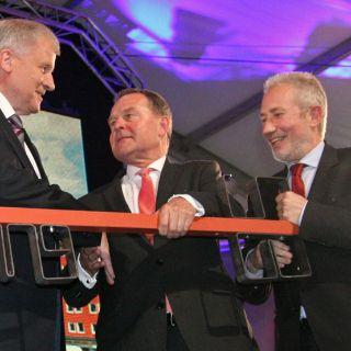 Ministerpräsident Seehofer und Staatsminister Dr. Wolfang Heubisch überreichten dem Generaldirektor der Bayerischen Staatsgemäldesammlung Prof. Klaus Schrenck symbolisch den Museumsschlüssel.