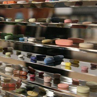 Hinter Glas befinden sich tausende von Pillen aus bemalter Bronze, bemaltem Kunstharz und gefärbtem Gips.