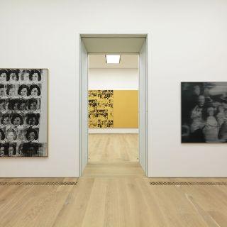 Innenansicht Museum Brandhorst mit Werken von Andy Warhol und Gerhard Richter