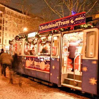Jedes Jahr in der Adventszeit bis zum 23.12. lädt die ChristkindlTram ein zur Rundfahrt durch die Stadt.