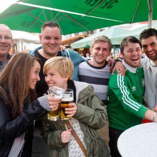 Gruppe von Freunden auf dem Hamburger Fischmarkt