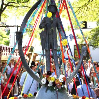 Farbenfrohes Brunnenfest