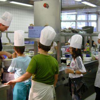 Der Küchenchef gibt letzte Anweisungen an seine kleinen Köche…