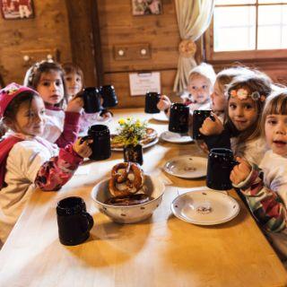 Vorschulkinder besuchen die Wiesn