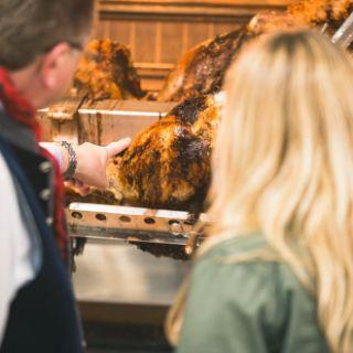 Name und Haupteingang verraten schon, was in diesem Festzelt im Mittelpunkt steht: Vielfältige Spezialitäten vom ganzen Ochsen. Dazu wird Spatenbier ausgeschenkt.