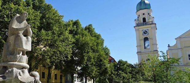 Der erneuerte Josephsplatz Sommer 2016: Überblick Kirche und Grünanlage