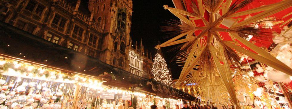 Christkindlmarkt am Marienplatz mit Blick aufs Rathaus