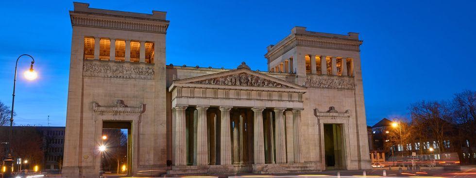 Propyläen am Königsplatz zur Blauen Stunde