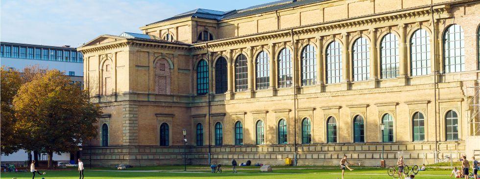 Die Alte Pinakothek an einem sonnigen Herbsttag