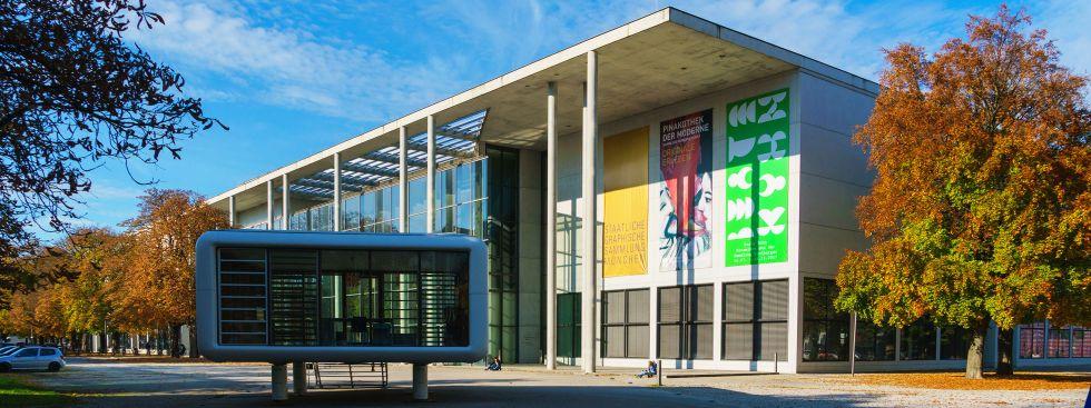 Die Pinakothek der Moderne im Herbst