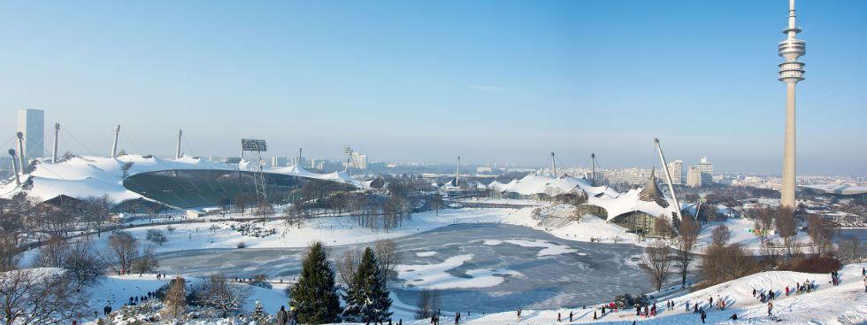 Olympiapark mit Olympiastadion und Olympiaturm im Winter