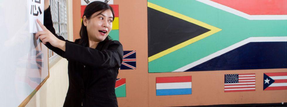Asiatin an Tafel einer Sprachschule