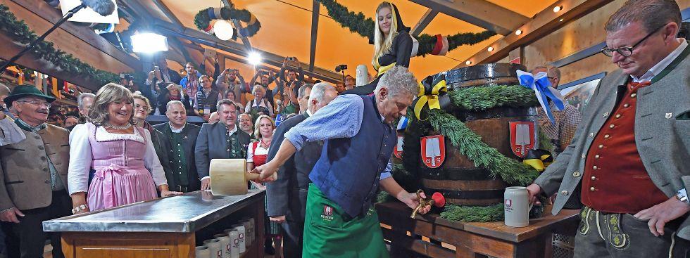 Der Münchner Oberbürgermeister Dieter Reiter (SPD) sticht am 17.09.2016, am Eröffnungstag des Oktoberfestes in München, das erste Fass Bier an.