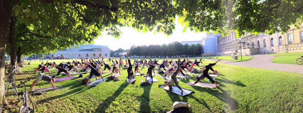 Popup Yoga vor der Alten Pinakothek