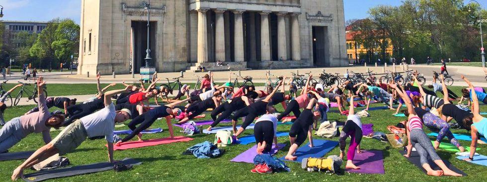 Pop Up Yoga am Königsplatz