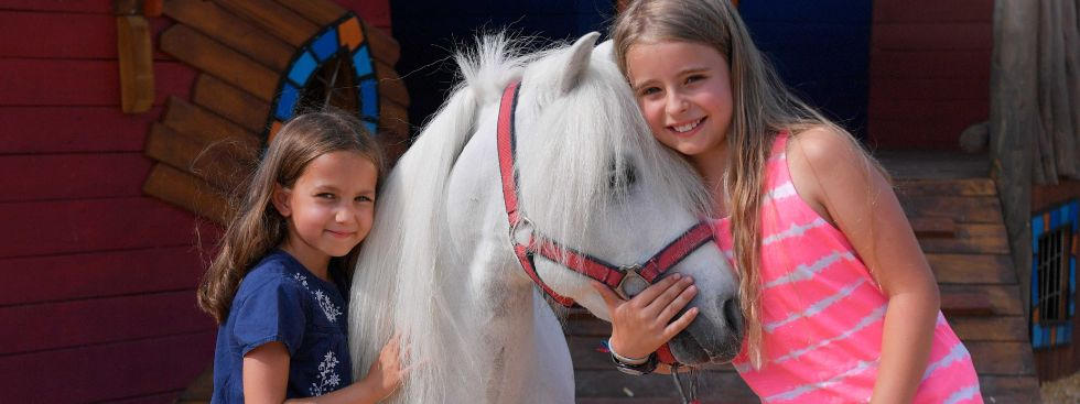 Zwei Mädchen mit einem Pony