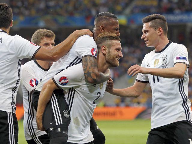 Jubel im deutschen Team nach dem 1:0 durch Mustafi., Foto: picture alliance / AP Photo