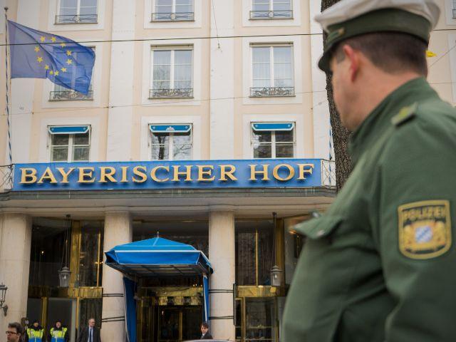 Ein Polizist vor dem Hotel Bayerischer Hof , Foto: Lukas Fleischmann