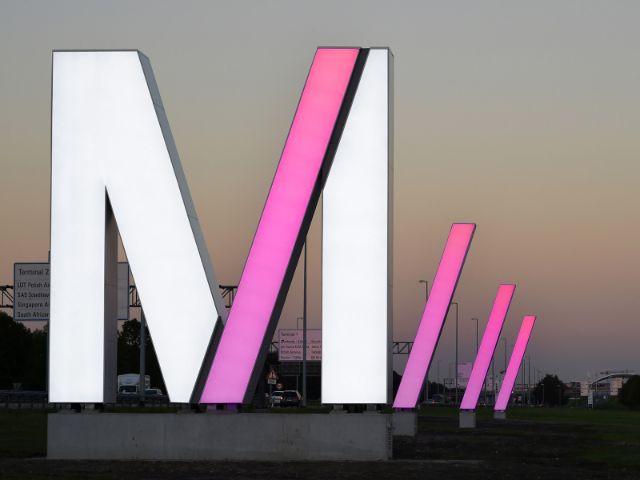 Leuchtendes M am Münchner Flughafen, Foto: Alex Tino Friedel