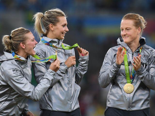 Die deutschen Fußballfrauen freuen sich über die Goldmedaille., Foto: picture alliance/augenklick/GES