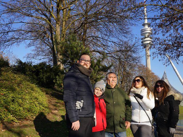 Familie vor Olympiaturm, Foto: muenchen.de/ Dan Vauelle